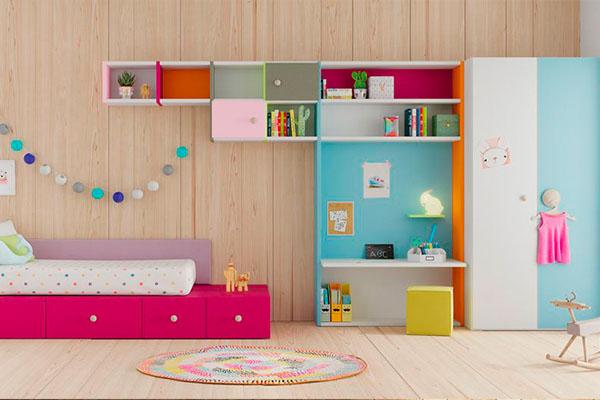 Habitacions infantils per a nena amb estanteria de taula