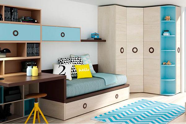 Habitació juvenil amb llit a sota i armari cantoner de quatre portes