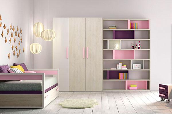 Habitació infantil amb armari de tres portes i prestatgeria feta a mida