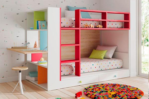 Habitació infantil amb llitera i estanteria amb taula plegable