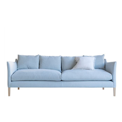 Sofá estilo nórdico con patas altas de madera en color azul cielo muy moderno