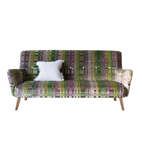 Sofá estilo nórdico con patas de madera y tela vintage estampada y capitonado