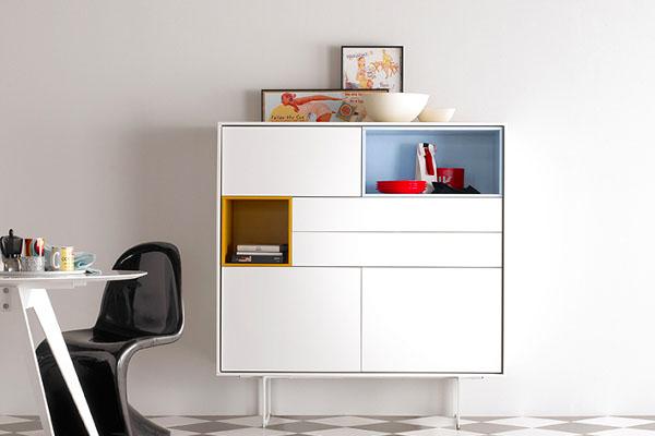 Mueble auxiliar para comedor o recibidor de la marca Treku de color blanco con patas