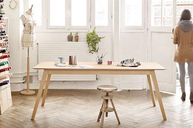 Taula de menjador d'estil nòrdic de fusta natural de la marca TREKU disponible en varis colors i textures