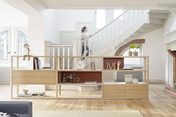 Estantería de madera maciza combinada con diferentes materiales de la marca TREKU, a Reus.